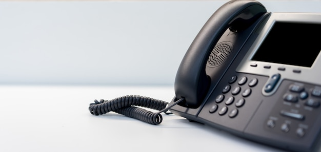 Chiuda sul telefono fisso al concetto dell'ufficio