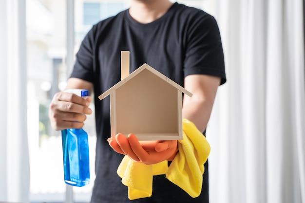 Chiuda sull'aspirapolvere uomo che pulisce a casa