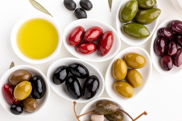 Chiuda sull'assortimento di olive variopinte con lo spazio della copia