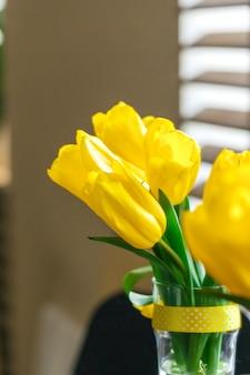 Chiuda sull'immagine del tulipano giallo