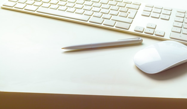 Chiuda sull'immagine della tastiera dell'ufficio del calcolatore su bianco
