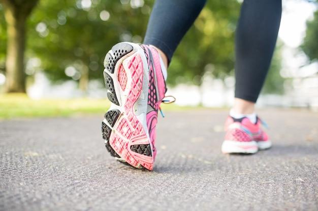 Chiuda sull'immagine delle scarpe da tennis rosa