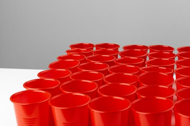 Chiuda sull'immagine delle tazze di plastica rosse