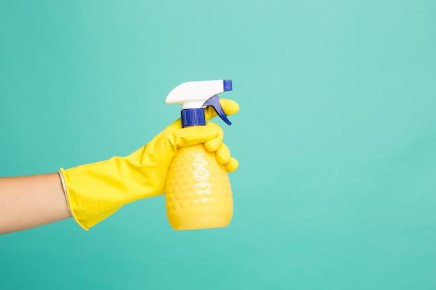 Chiuda sull'immagine di uno spruzzo di pulizia della casa