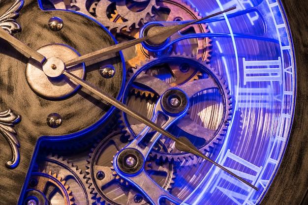Chiuda sull'ingranaggio di vista di vecchio orologio bronzeo.