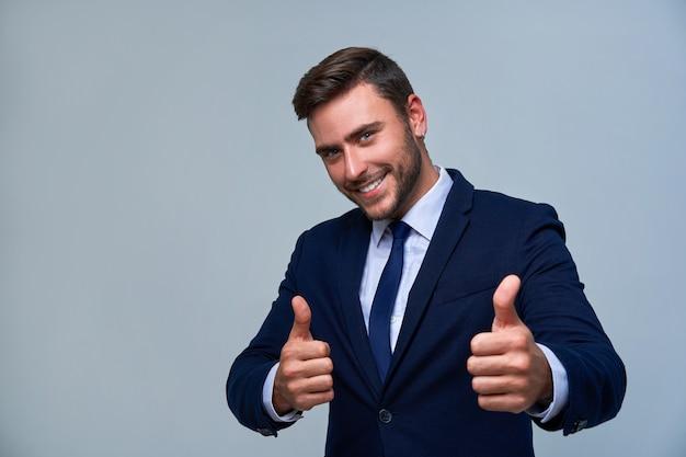 Chiuda sull'uomo d'affari del giovane del ritratto. abito da uomo caucasico