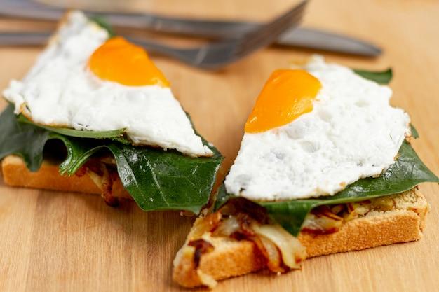Chiuda sull'uovo fritto affettato sulla cialda