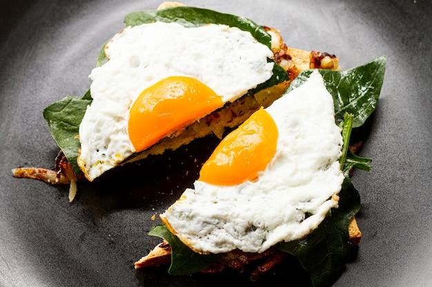Chiuda sull'uovo fritto sulla cialda
