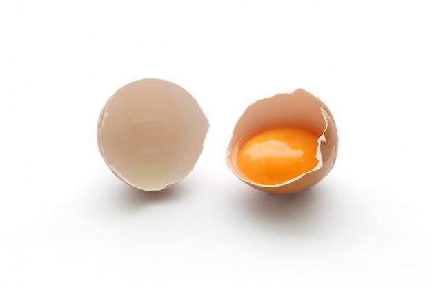 Chiuda sull'uovo rotto isolato