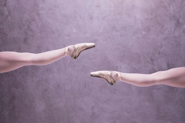 Chiuda sulla ballerina in scarpe da punta