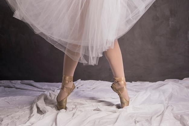 Chiuda sulla ballerina in scarpe e gonna di balletto
