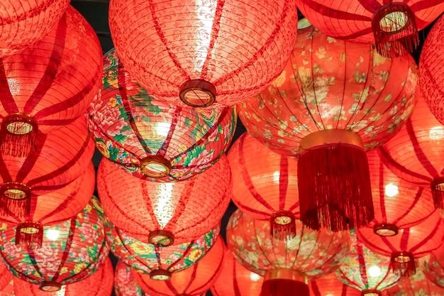 Chiuda sulla bella lampada tradizionale della lanterna cinese nel colore rosso
