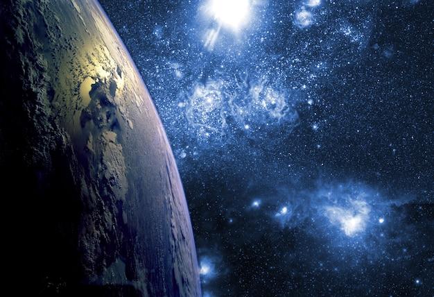 Chiuda sulla biosfera del pianeta terra nello spazio con le stelle e la galassia
