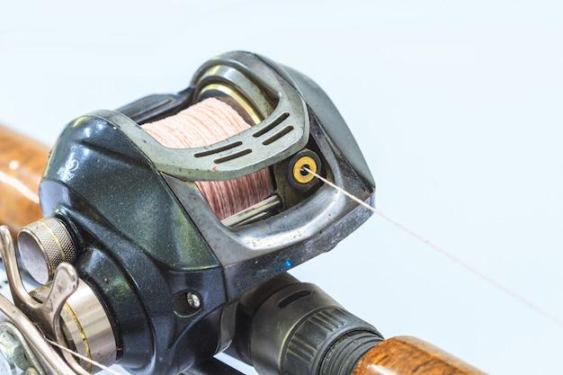 Chiuda sulla bobina di baitcasting