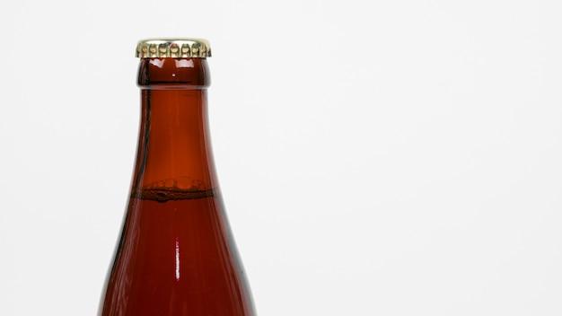 Chiuda sulla bottiglia da birra con lo spazio della copia