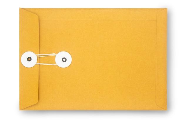 Chiuda sulla busta della carta kraft isolata