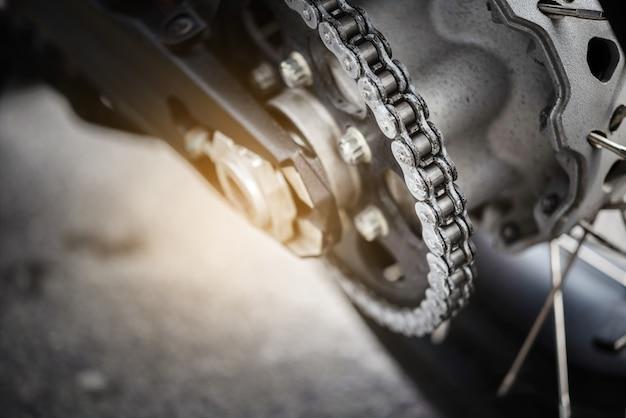Chiuda sulla catena del motociclo, fuoco selettivo.