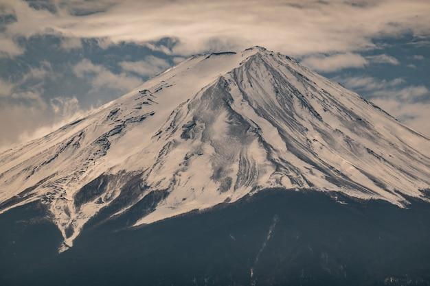 Chiuda sulla cima della montagna di fuji con la copertura di neve sulla cima con potrebbe, fujisan