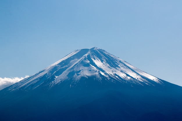Chiuda sulla cima della montagna di fuji con la copertura di neve sulla cima, giappone