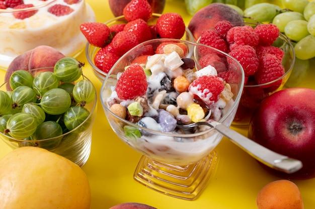 Chiuda sulla disposizione della prima colazione e della frutta fresca del cereale