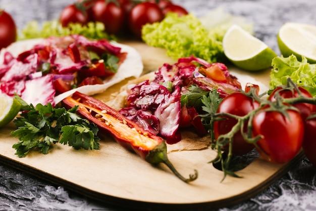 Chiuda sulla disposizione di cibo messicano delizioso