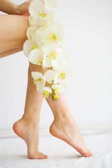 Chiuda sulla foto dei piedi femminili al salone della stazione termale sulla procedura di pedicure