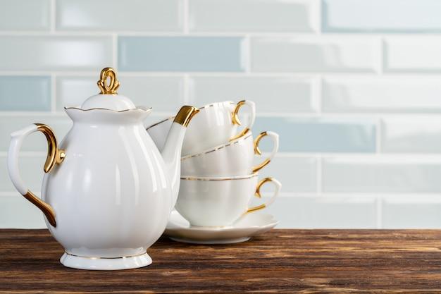 Chiuda sulla foto delle stoviglie di porcellana per tè