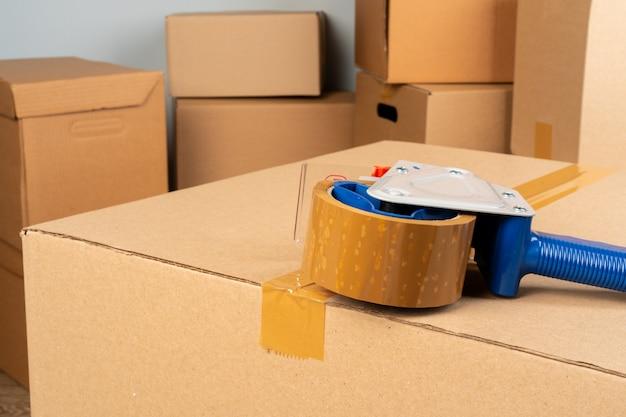 Chiuda sulla foto di una pila di scatole commoventi