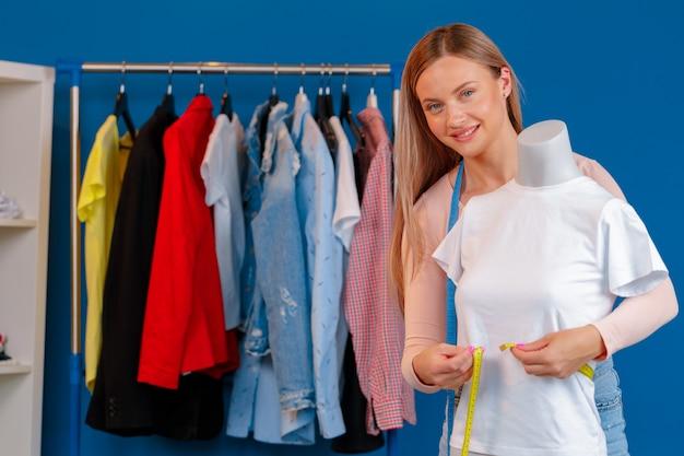Chiuda sulla foto di una sarta sul lavoro