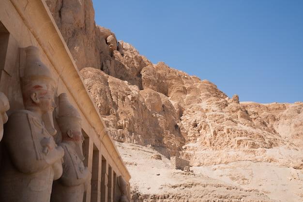 Chiuda sulla foto di una statua nel tempio di karnak a luxor egitto