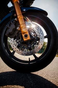 Chiuda sulla gomma anteriore della motocicletta arancione