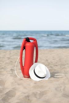 Chiuda sulla latta di salvataggio sulla spiaggia