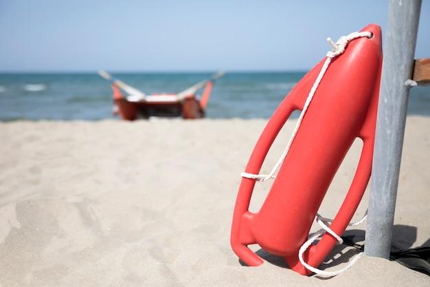 Chiuda sulla latta rossa di salvataggio sulla spiaggia