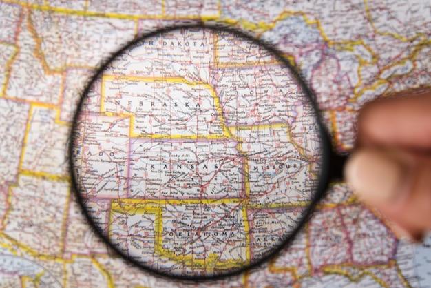 Chiuda sulla lente d'ingrandimento che mostra i posti sulla mappa