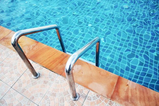 Chiuda sulla maniglia al lato della piscina nell'hotel.