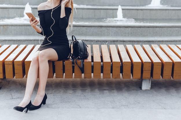 Chiuda sulla mano della donna facendo uso di uno smartphone