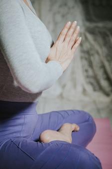 Chiuda sulla mano di pregare posa per buona salute di meditazione di yoga