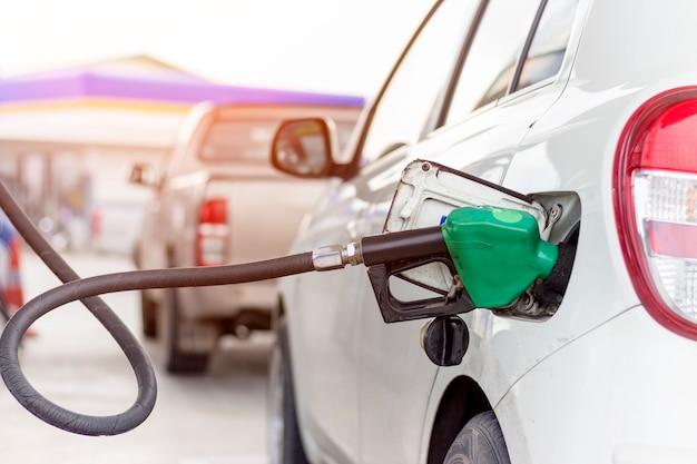 Chiuda sulla maschera del sistema di controllo del combustibile che rifornisce di carburante un petrolio al veicolo alla stazione di servizio.