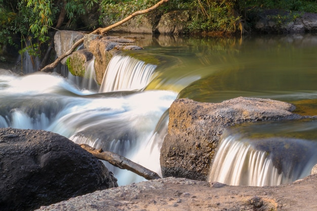 Chiuda sulla mini cascata in tailandia
