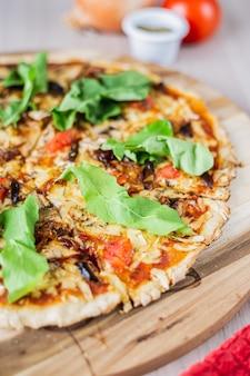 Chiuda sulla pizza dolce del vegano di primavera