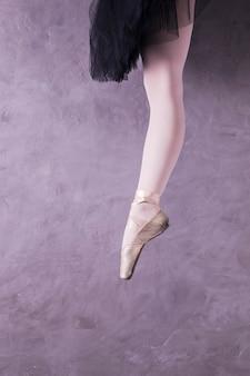 Chiuda sulla posizione della gamba della ballerina