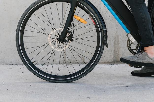 Chiuda sulla ruota anteriore della bicicletta