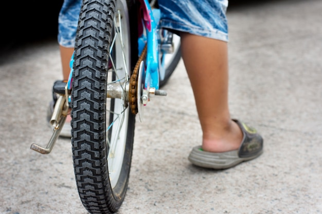 Chiuda sulla ruota di bicicletta e sul battistrada