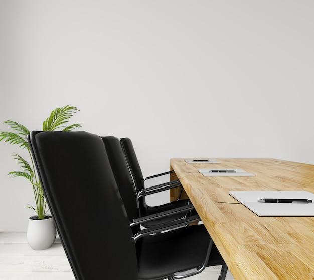 Chiuda sulla sala riunioni vuota di vista laterale con le sedie, la tavola di legno, muro di cemento