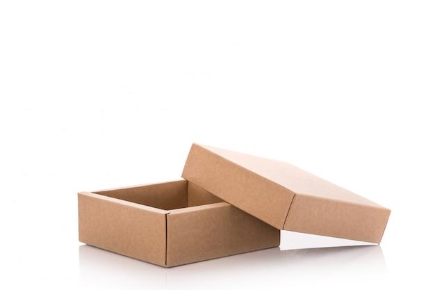 Chiuda sulla scatola di carta marrone.