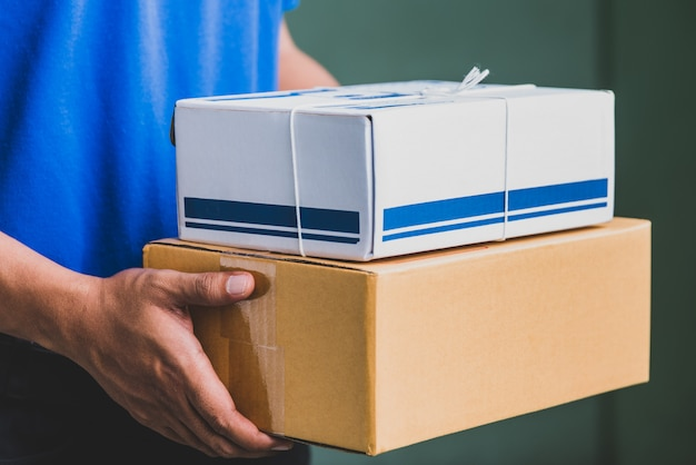 Chiuda sulla scatola di cartone del pacchetto della tenuta della mano, concetto della consegna