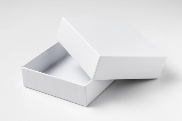 Chiuda sulla scatola regalo bianca aperta del cartone