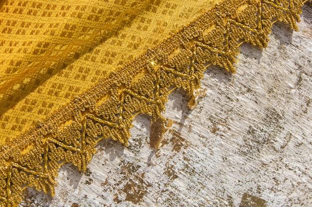 Chiuda sulla struttura di abito giallo