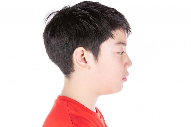 Chiuda sulla testa del blclose asiatico del ragazzo su testa della testa laterale asiatica dei capelli neri del ragazzo isolata su bianco.
