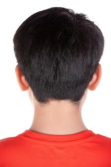 Chiuda sulla testa della parte asiatica dei capelli neri del ragazzo.